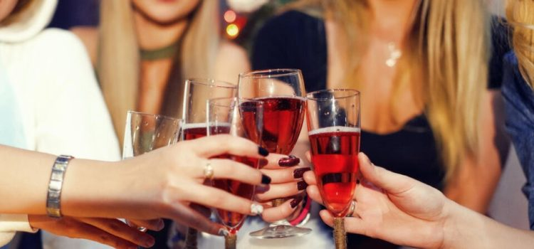 Čo spraví alkohol s vašou pleťou? Spamätávať sa môže aj mesiac